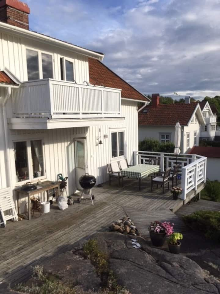 Ljust sommarhus mitt i charmiga Bovallstrand.