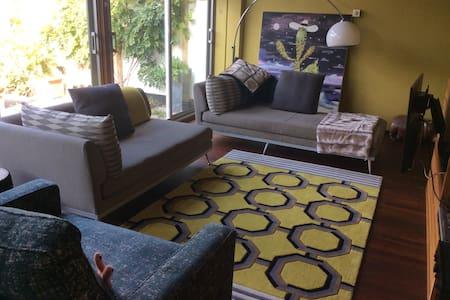 Designer modernist, cosy homestay - Shepperton - Casa