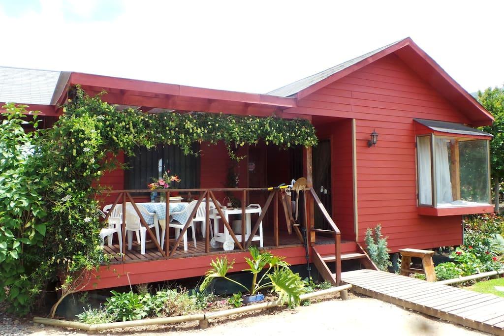 Terraza techada y entrada desde el jardin