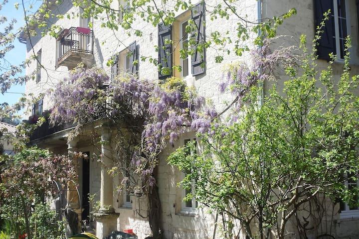 Appartement en ville dans belle maison avec jardin