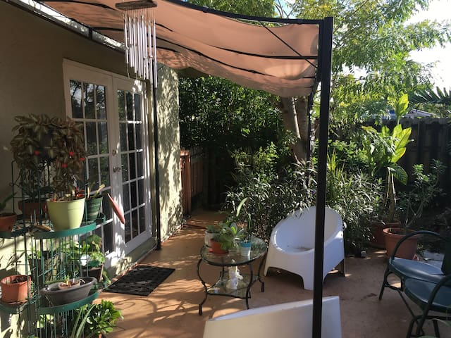 Sunny private room w/Garden, 20miles from S. Beach