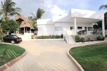 Linda casa con vista al mar en Santa Verónica.