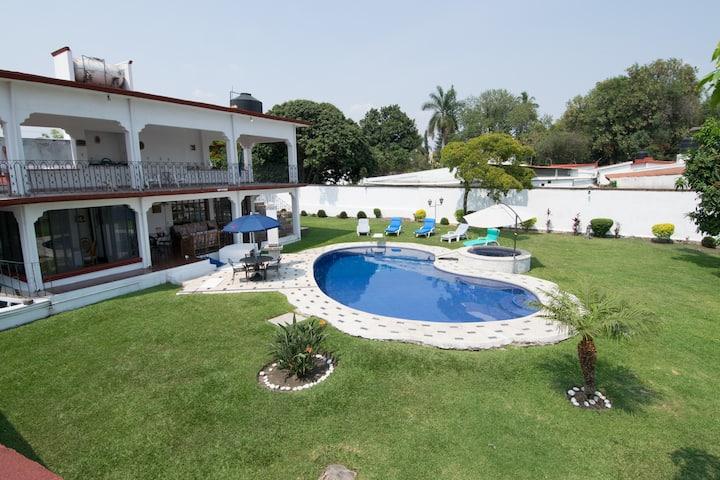 Villa el Colibrí, alberca y amplio jardín privado.