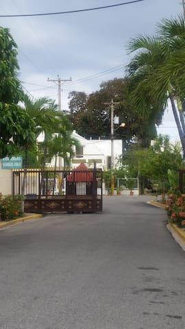 CASA EN RESIDENCIA PRIVADA - Santo Domingo - Casa