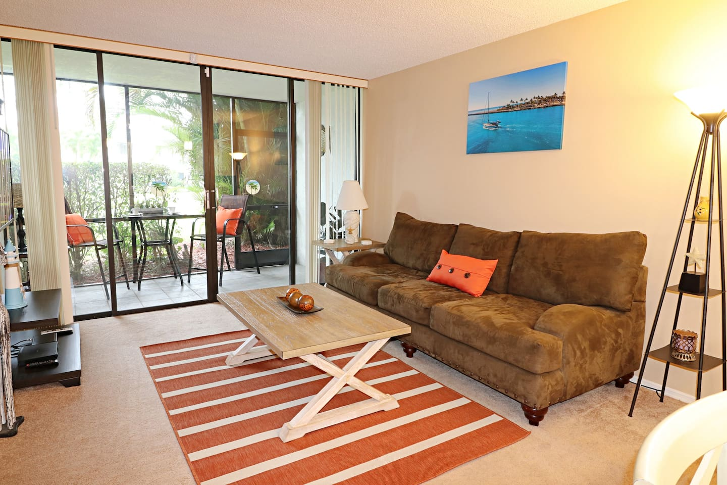 Recently renovated, relaxing 1 bedroom apartment with screened in Lanai on the  Golf Course