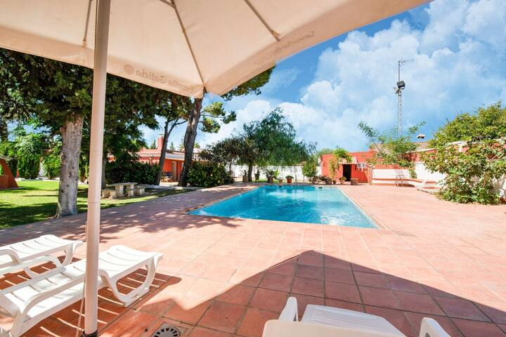 Gorgeous Villa in Chiclana de la Frontera with Pool