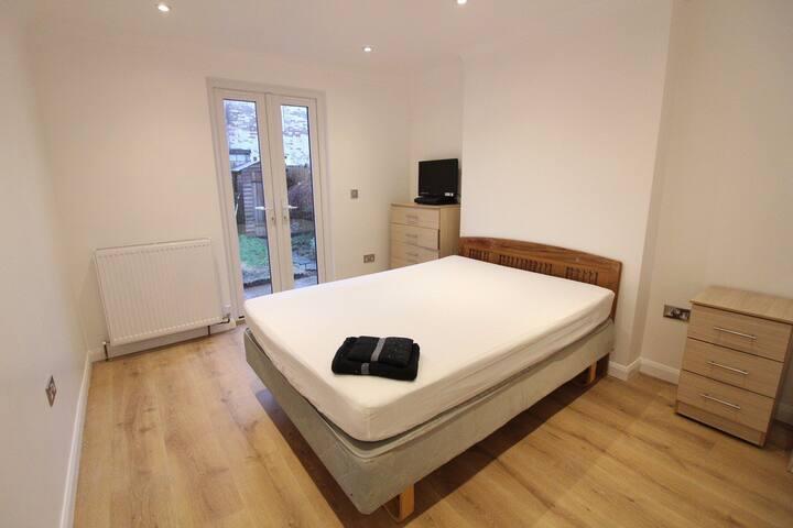 Beautiful, newly refurbished flat in Zone 2!!