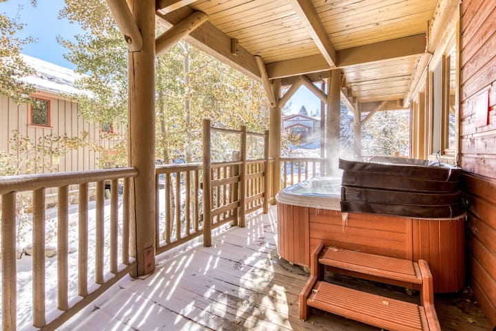 Gorgeous log cabin-like condo w/private hot tub & common area pool!