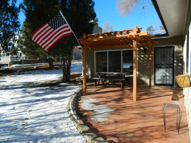 Cozy and convenient in Cheyenne Canyon!