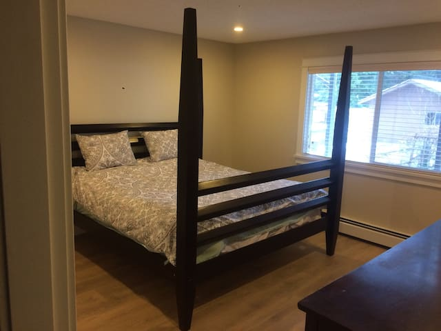 King Size bed 2 bedroom tv/movies - Burnaby - Pis
