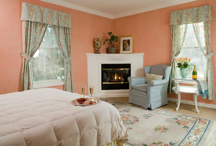 ★ Private Peerless Room with Jacuzzi Tub & Fireplace