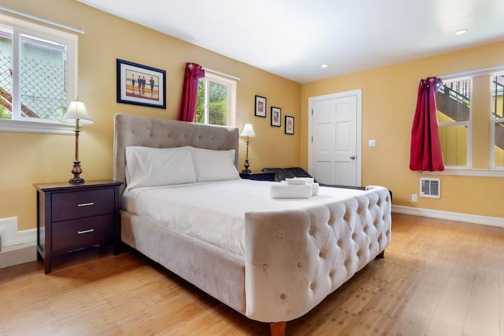 Master Room in Luxury Apartment