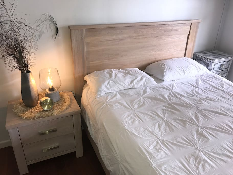 New queen size bed Very comfortable