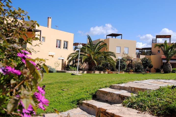 Charming Garden & Pool View Apartment in Rethymno - Loutra - House