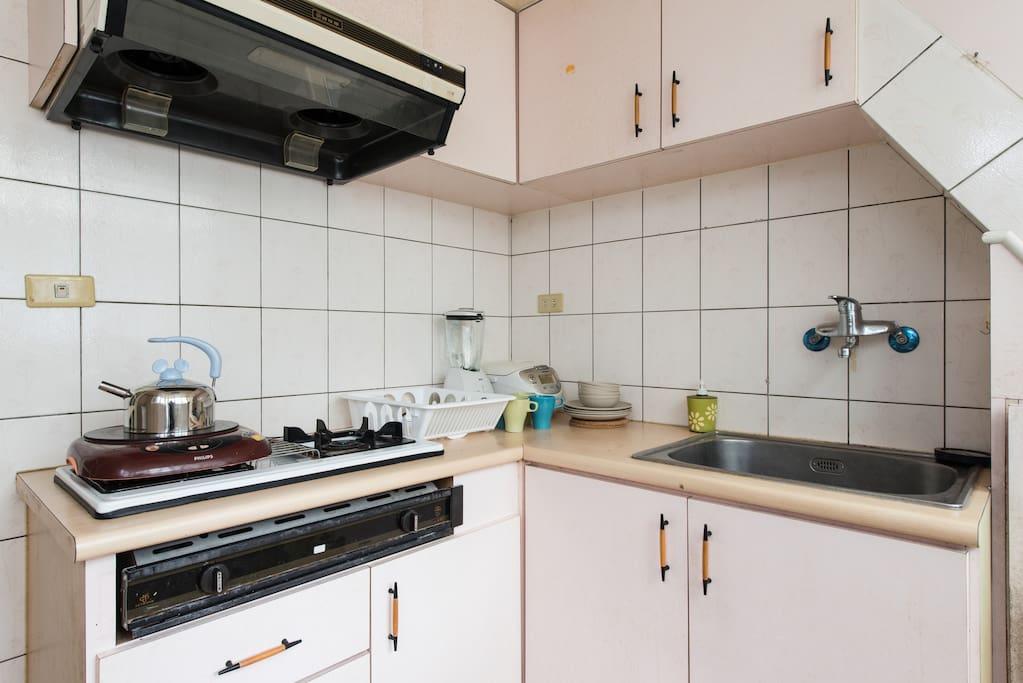 獨立廚房方便自己準備早餐或煮點東西,用具齊全,調味料請自行準備喔