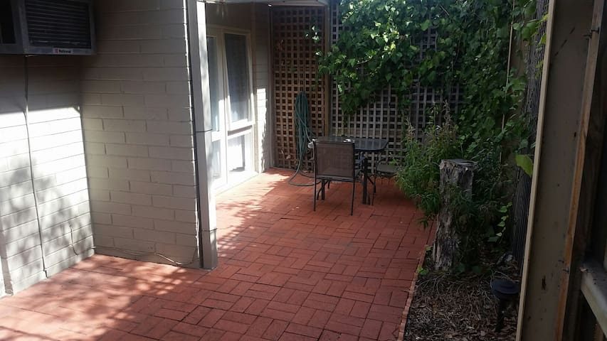 Essendon 1 bedroom Apartment - close to everything