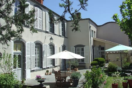 Guest house, Riom, Exit 13 Motorway A71 - Riom - Bed & Breakfast