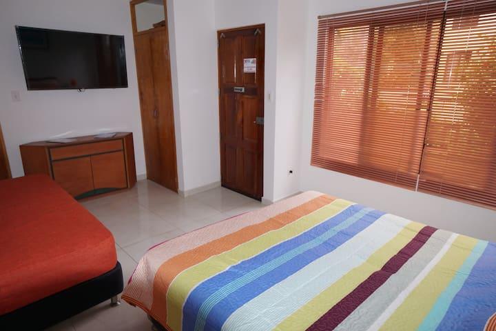 HABITACIÓN familiar #CC2 con cama matrimonial , ventana grande , closet, baño privado , aire acondicionado, televisor pantalla plana.