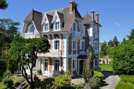 Villa de caractère 8 à 15p, 15 mn de Paris-350 m2