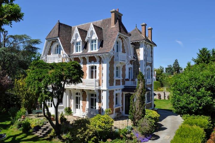 Villa de caractère 8 à 16p, 15 mn de Paris-350 m2