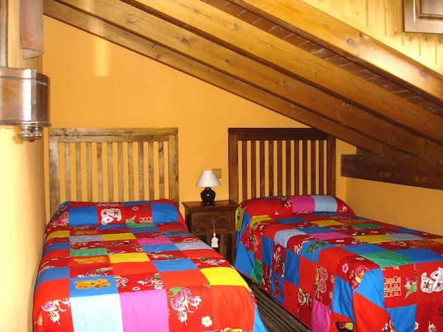 Casa El Palacio, Buhardilla con dos camas de 90.
