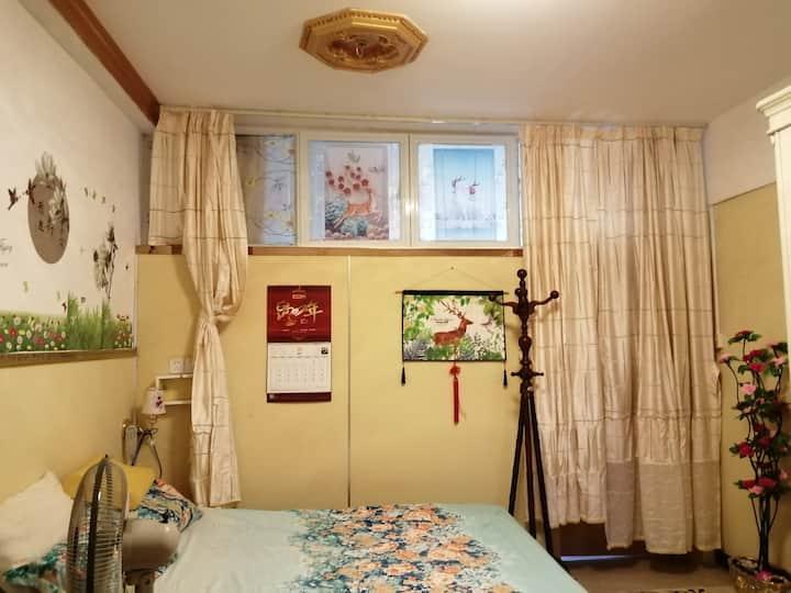 斯维登芳园民宿是单间一床一卫一衣柜一写字台与独立的出入门户。床是高级智能床。本民宿不接受单身男士。