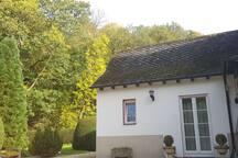 Gartenhaus in gepflegtem parkähnlichem Garten