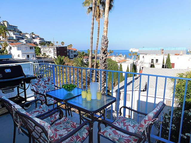 Cozy 2 bedroom, ocean view, 2 blocks from water, recently renovated, patio, bbq, wifi. - 211 Whittley
