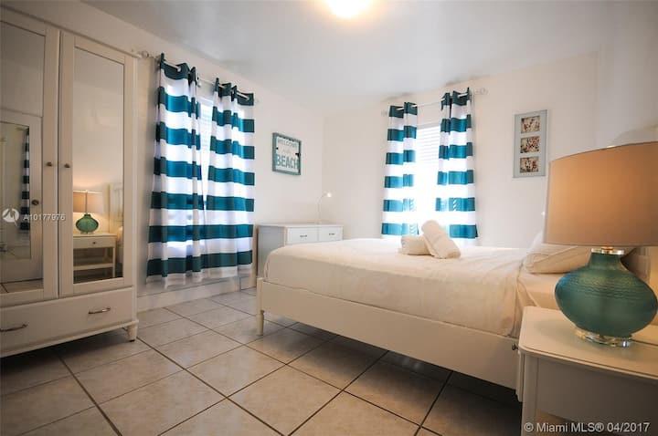 Large 2/2 Bedroom Apartment Sleeps (5) w/ Parking