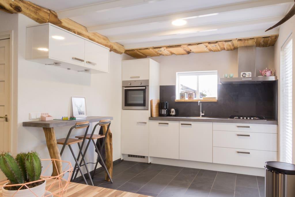 Deze nieuwe moderne keuken is uitgerust met koelkast, oven en afwasmachine