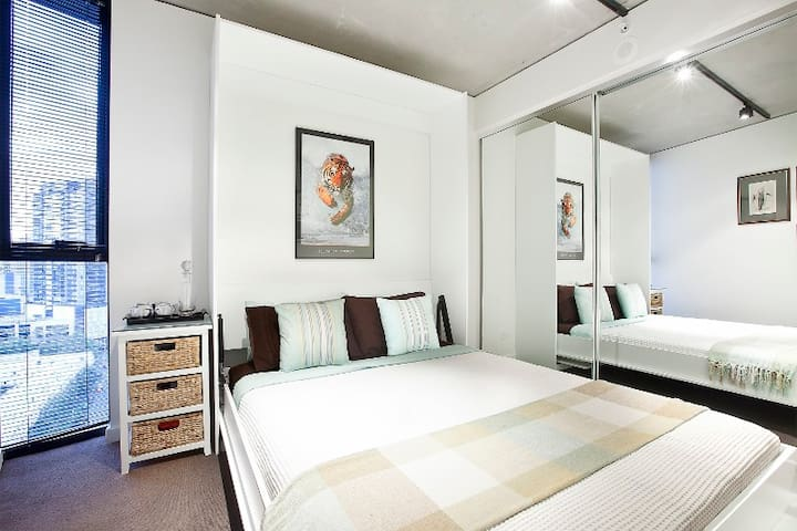 Guests Bedroom with Queen size bed