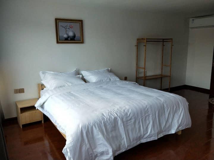 鸭绿江四公里处简约舒适双人床
