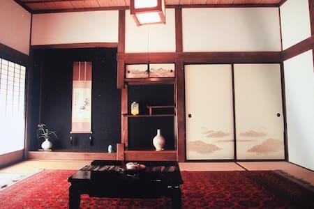 伝統的な古民家1棟貸し/敷地2446㎡/丹鶴ハウス/ねぷた祭、桜の名所、岩木山、弘前城、温泉etc - Hirosaki - Hus