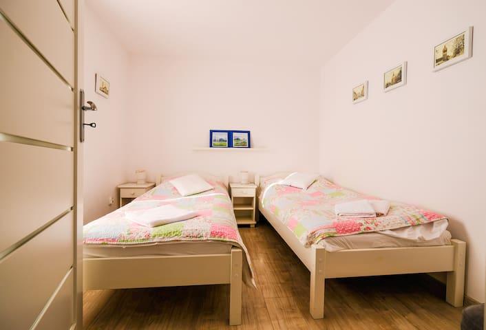 Sypialnia. Każde łóżko posiada bardzo wygodny materac - tylko od Ciebie zależy czy będzie to podwójne łoże (wystarczy złączyć łóżka) czy dwa oddzielne, wygodne miejsca do spania.