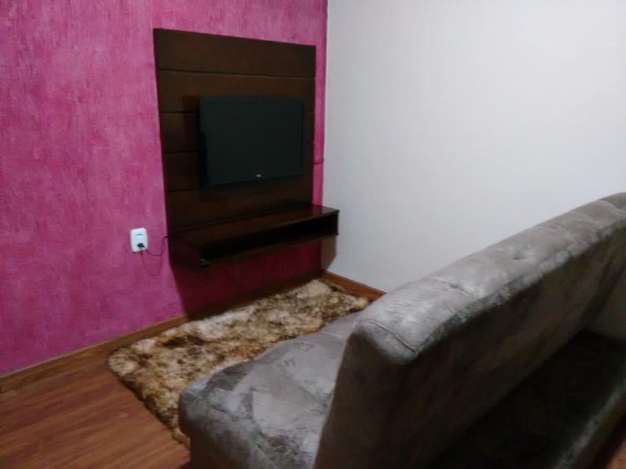 Sala estar, possui TV LED 32' e sofá cama casal.