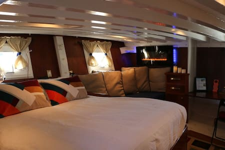 Gorgeous owner's stateroom aboard a classic yacht - Suisun City