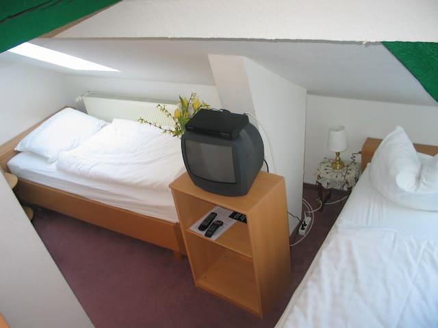 Twinbettzimmer mit Gemeinschaftsbad auf dem Flur