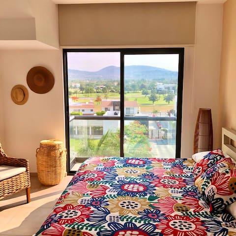 Habitación principal con baño completo, dos lavabos y vestidor. Tv con servicio SKY.