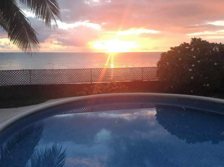 Profitez du coucher du soleil depuis la piscine !