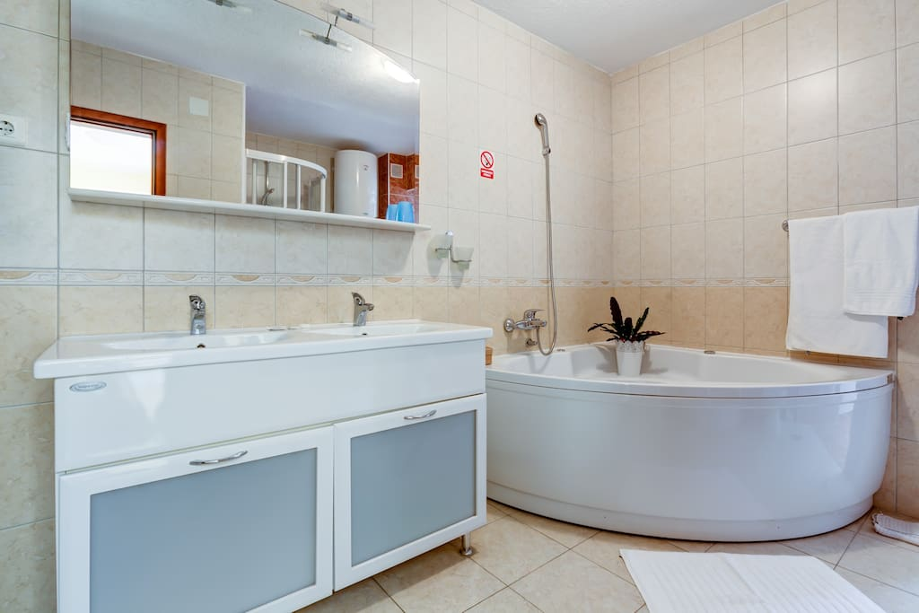 The bathroom is finely decorated, spacious, it has the option of using a shower, jacuzzi, hairdryer and everyday clean towels.