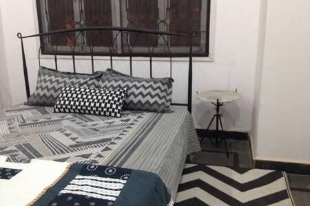 Grayscale Vintage Room - Hyderabad - Loft