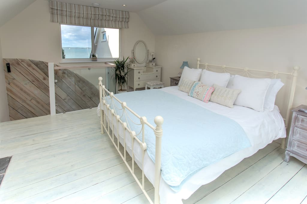 The double aspect windows in the master bedroom allow for lovely views across both the countryside to the South and the Solent Waters to the North. The master king bed is super comfortable with a medium to firm mattress and high quality bedding and linen.