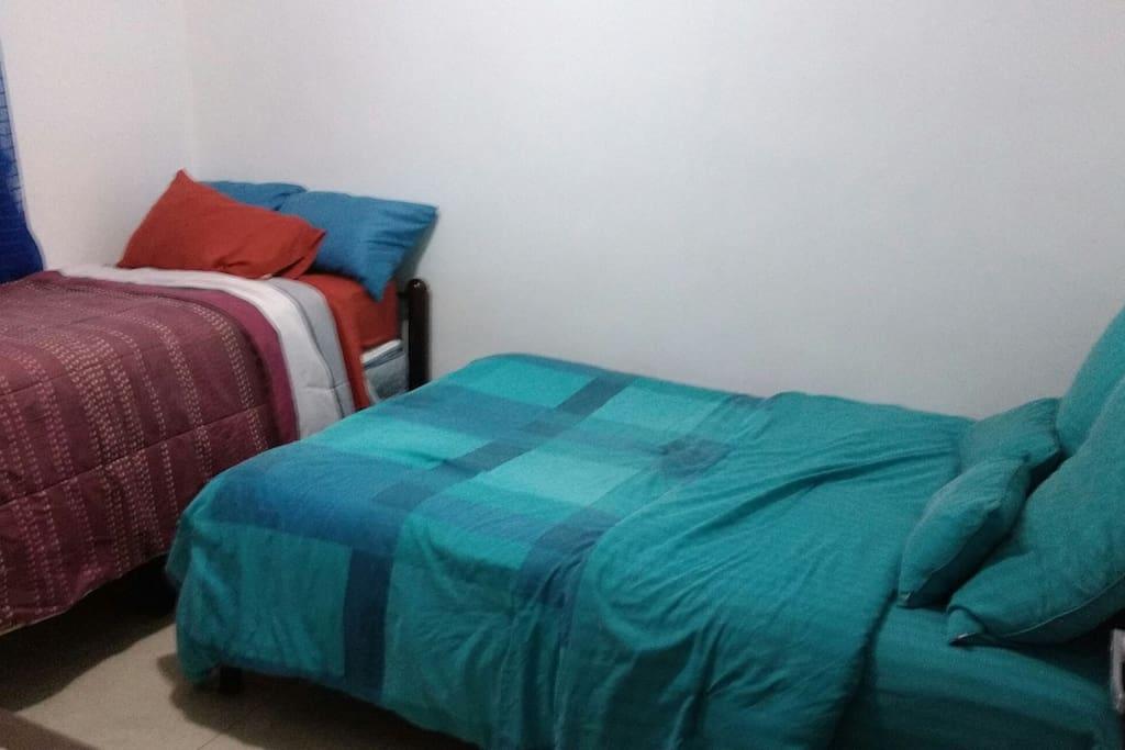 Cómoda cama matrimonial e individual, con posibilidad de poner una 3ra cama, hasta para 4 personas.