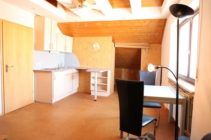 Helle Dachgeschoßwohnung mit viel Platz - Grafenrheinfeld - Apartment
