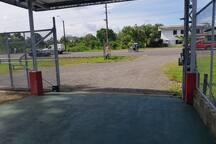 portón eléctrico, garage para carro bajo techo, mucha seguridad, cámaras de vigilancia