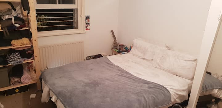Flat 5 private bedroom in 7 Fasset Rd.