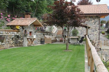 Agriturismo con giardino e berso - Dizzasco