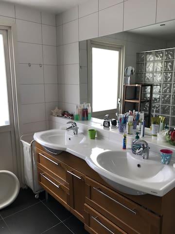 Stort badrum med dusch