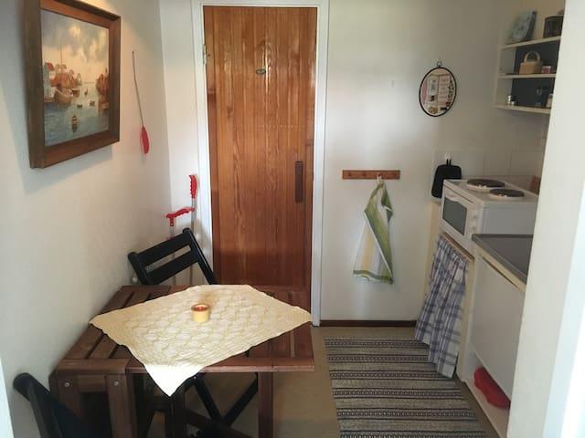 Köket (som ligger mellan sovrummet och badrummet) har kaffebryggare, vattenkokare, plattor och ugn, mikrovågsugn och en liten kyl med pyttelitet frysfack. Upp- och nedfällbart bord, även stolarna går att fälla ihop.
