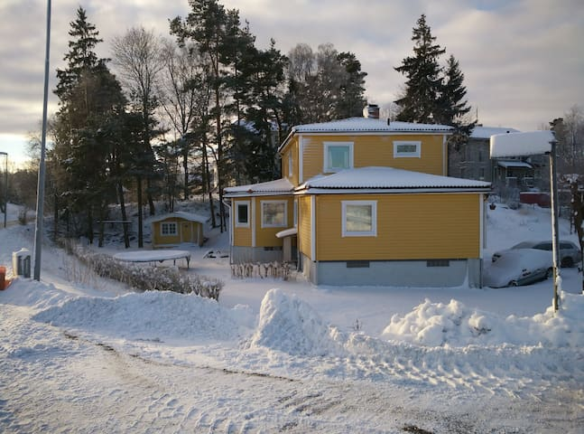 Room with awesome housemates near city (15min) B2. - Huddinge